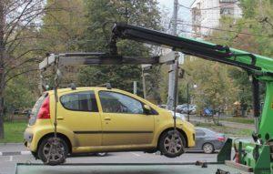 С улиц Черкесска эвакуировали 10 неправильно припаркованных машин